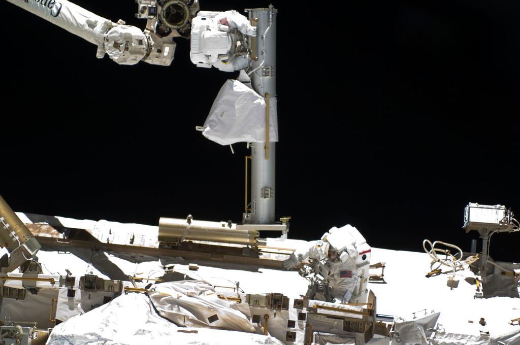 S132E008059 - STS-132 - Reisman and Bowen during EVA 1