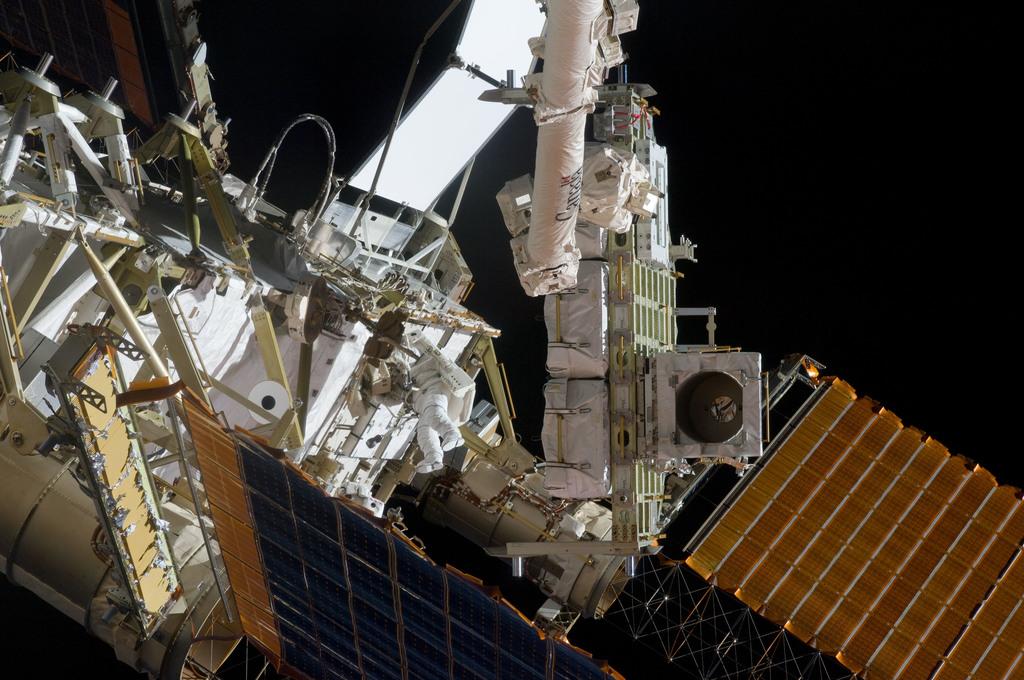 S132E008893 - STS-132 - STS-132 EVA-3