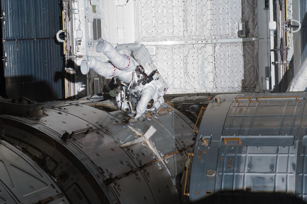 S132E008905 - STS-132 - STS-132 EVA-3