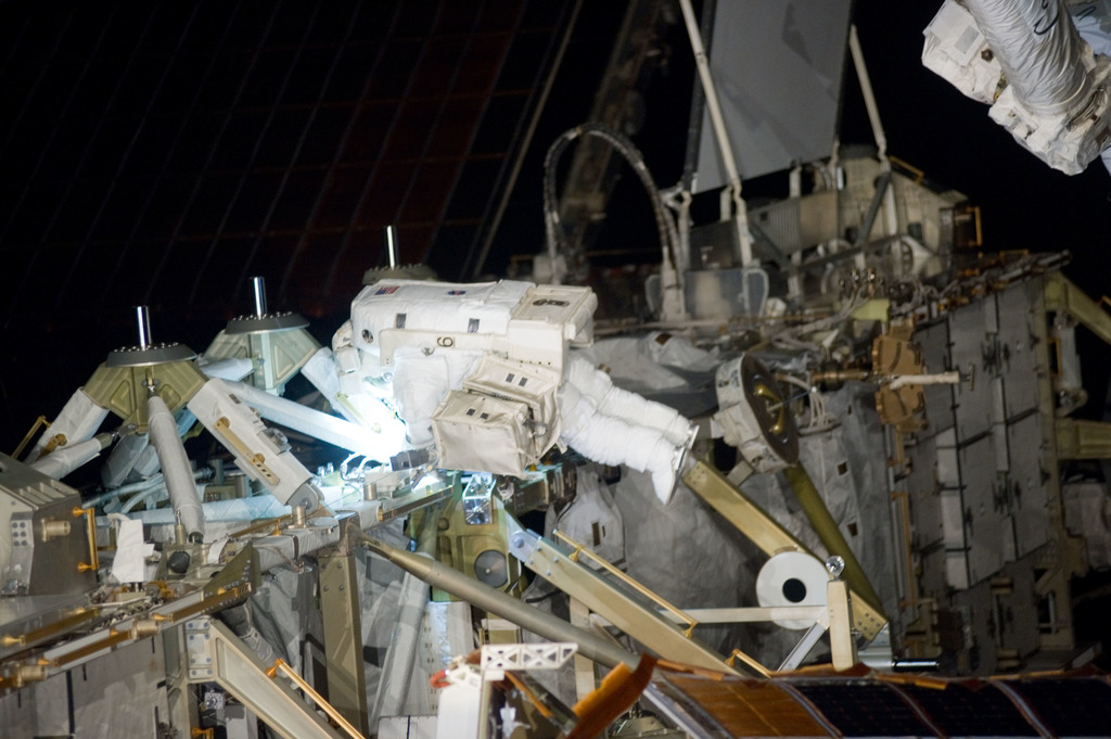 S132E009324 - STS-132 - STS-132 EVA-3