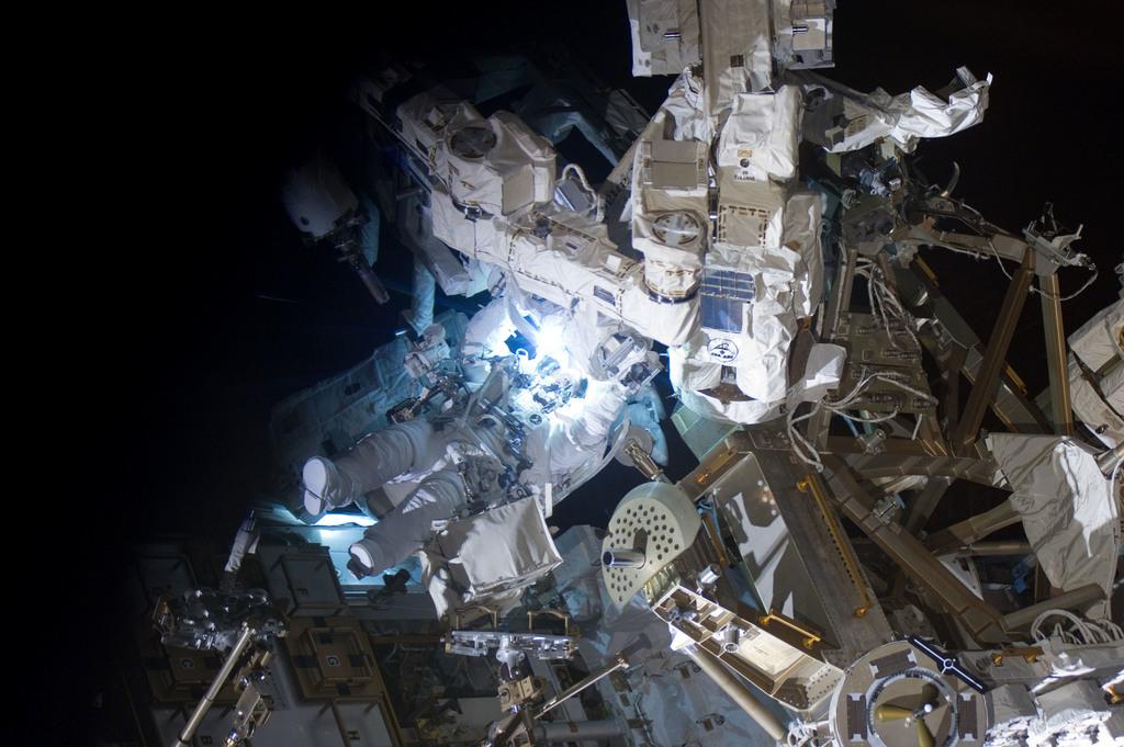 S132E009336 - STS-132 - STS-132 EVA-3