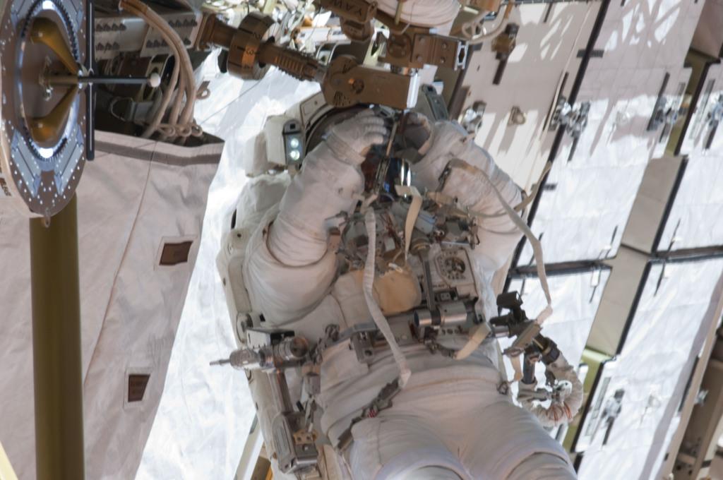S132E009398 - STS-132 - STS-132 EVA-3