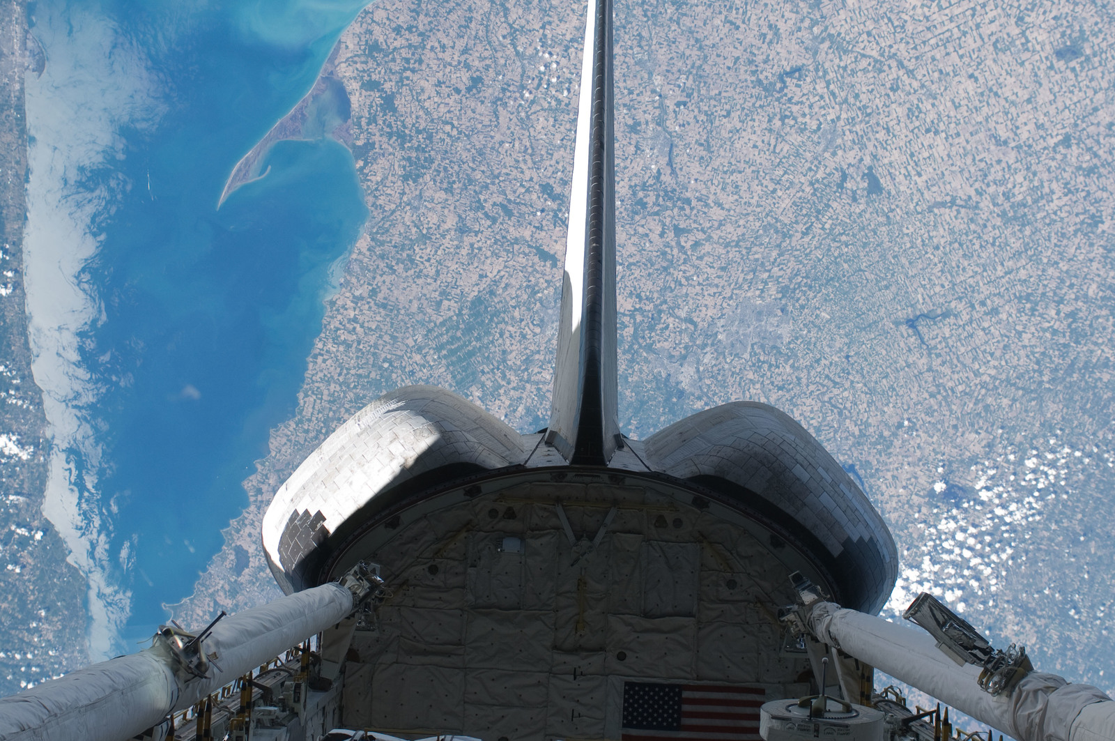 S132E011704 - STS-132 - OMS Pods and Vertical Stabilizer on Space Shuttle Atlantis during STS-132