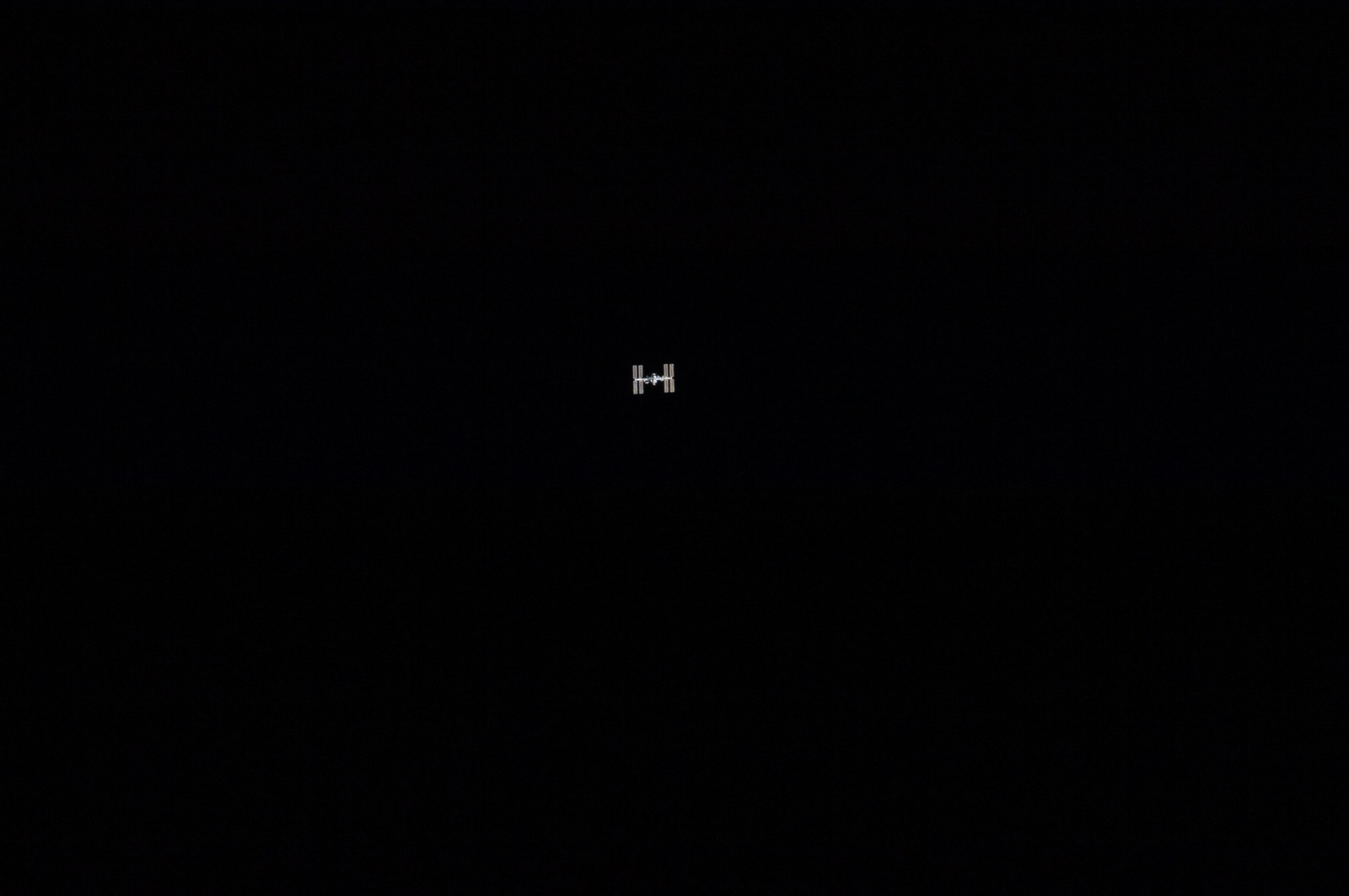 S134E006564 - STS-134 - Overall view of ISS taken during STS-134 Approach
