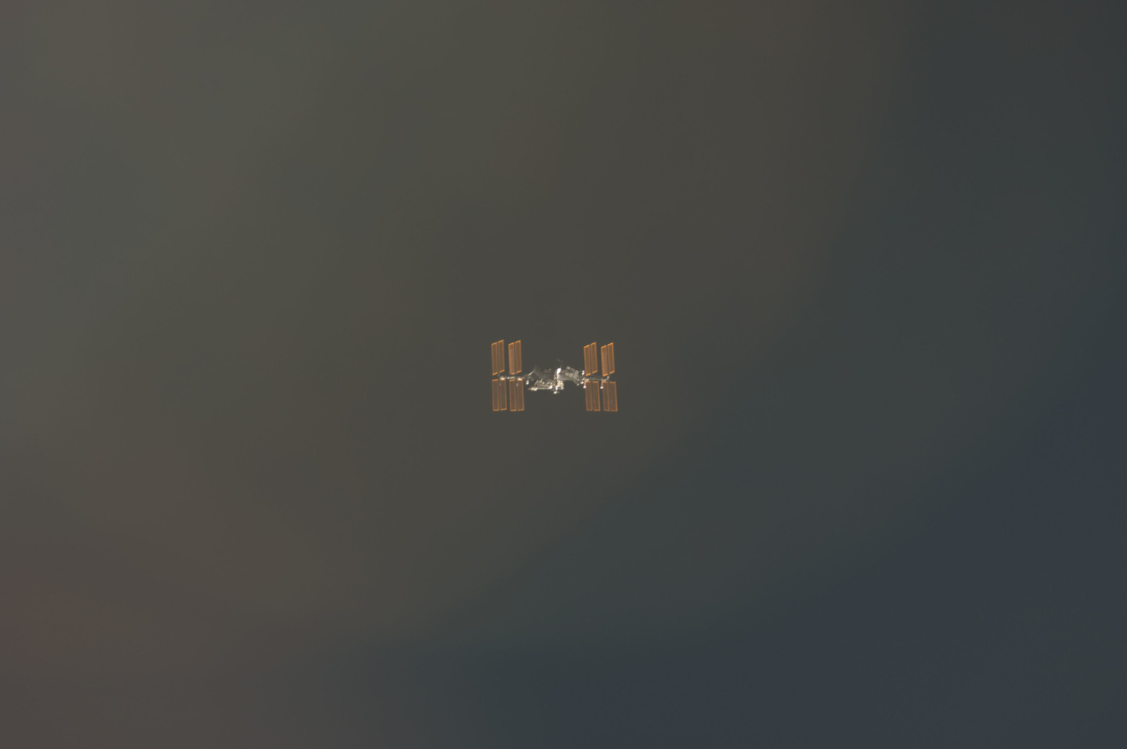 S134E006573 - STS-134 - Overall view of ISS taken during STS-134 Approach