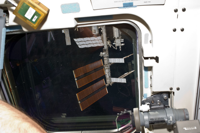 S134E007056 - STS-134 - View of ISS as seen from the Shuttle Endeavour during Approach