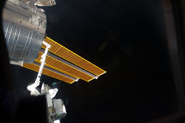 S134E007328 - STS-134 - View of ELC3 handoff from SRMS to SSRMS