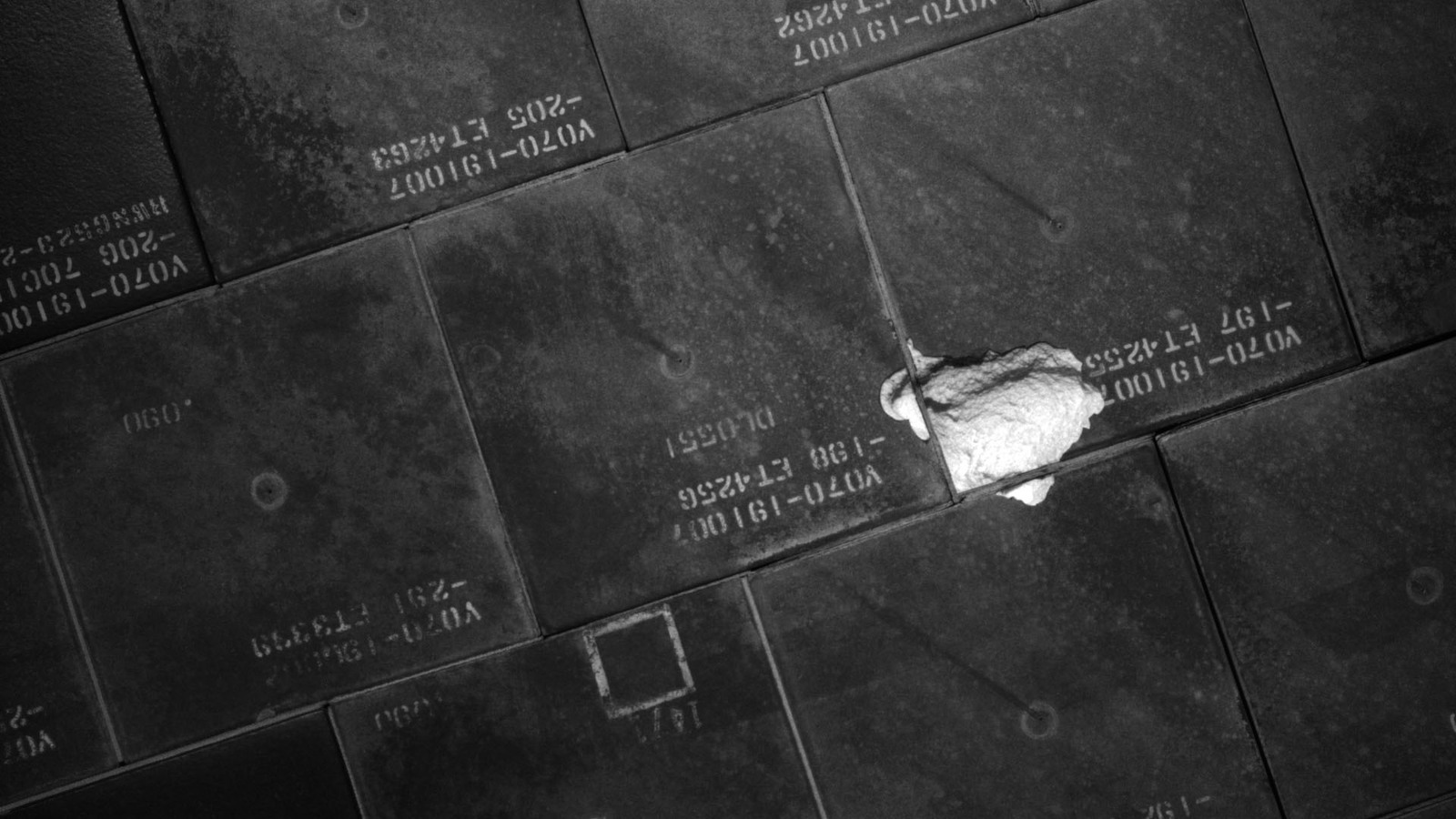 S134E007919 - STS-134 - STS-134 IDC Focused Inspection of TPS Tiles