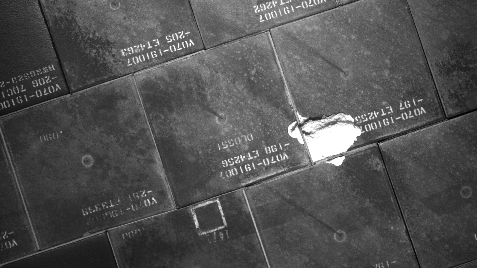 S134E007986 - STS-134 - STS-134 IDC Focused Inspection of TPS Tiles