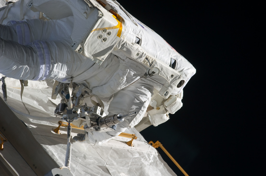 S134E008669 - STS-134 - View of STS-134 MS Fincke during EVA-2