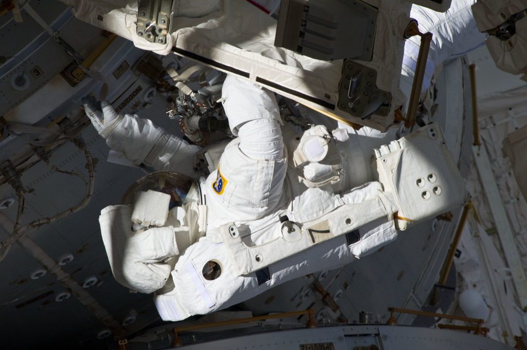 S134E009005 - STS-134 - View of STS-134 MS Fincke during EVA-3