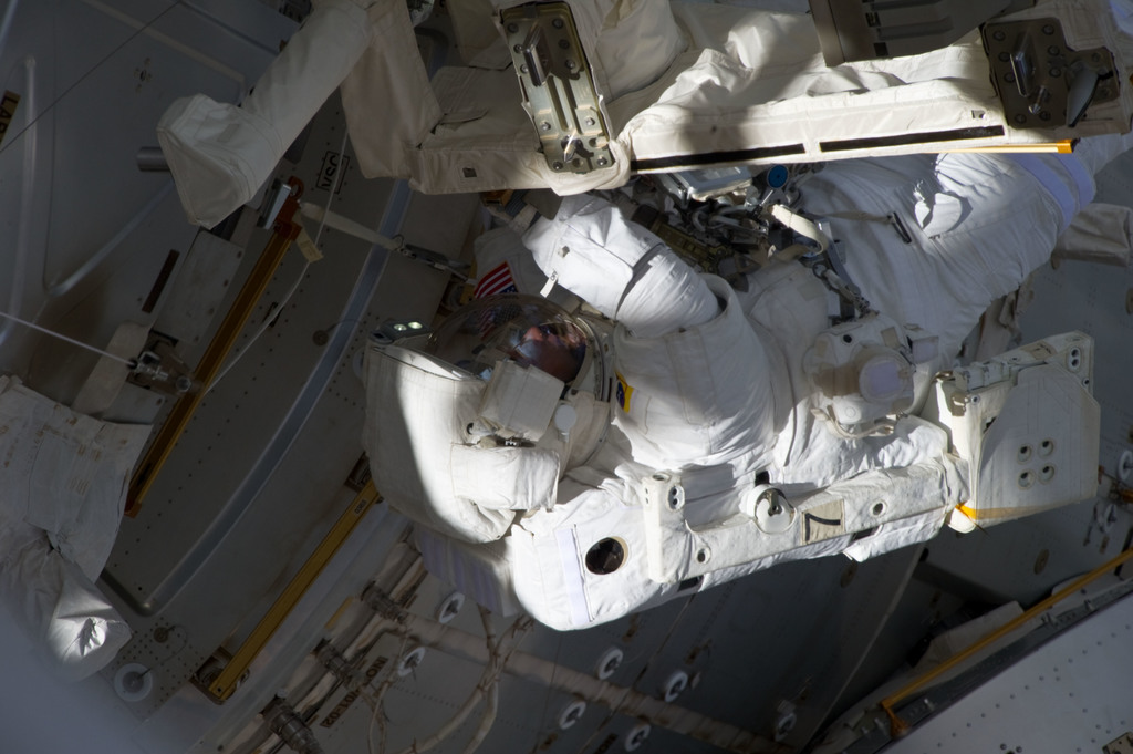 S134E009008 - STS-134 - View of STS-134 MS Fincke during EVA-3