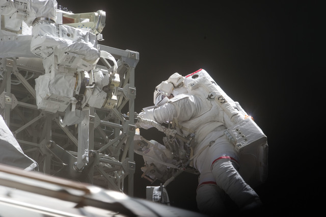 S134E009079 - STS-134 - View of STS-134 MS Feustel during EVA-3