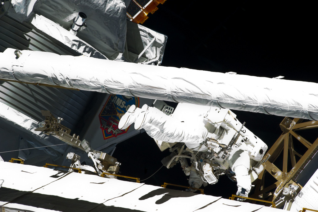 S134E009604 - STS-134 - View of STS-134 MS Fincke during EVA-4