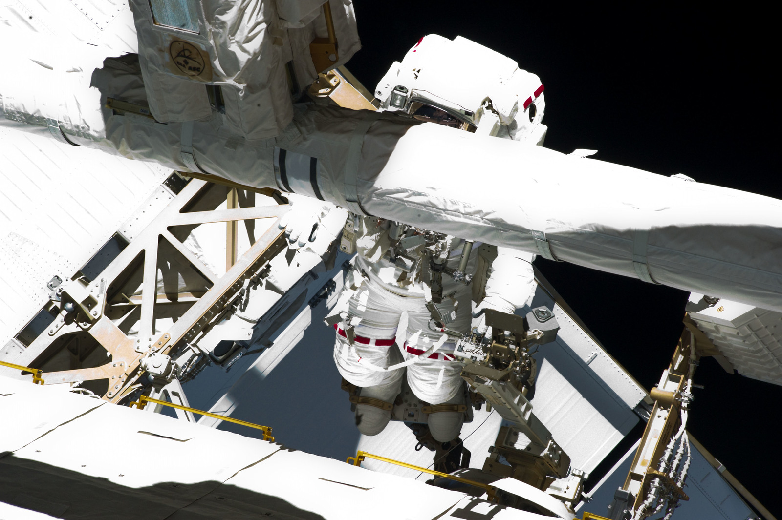S134E009607 - STS-134 - View of STS-134 MS Chamitoff during EVA-4