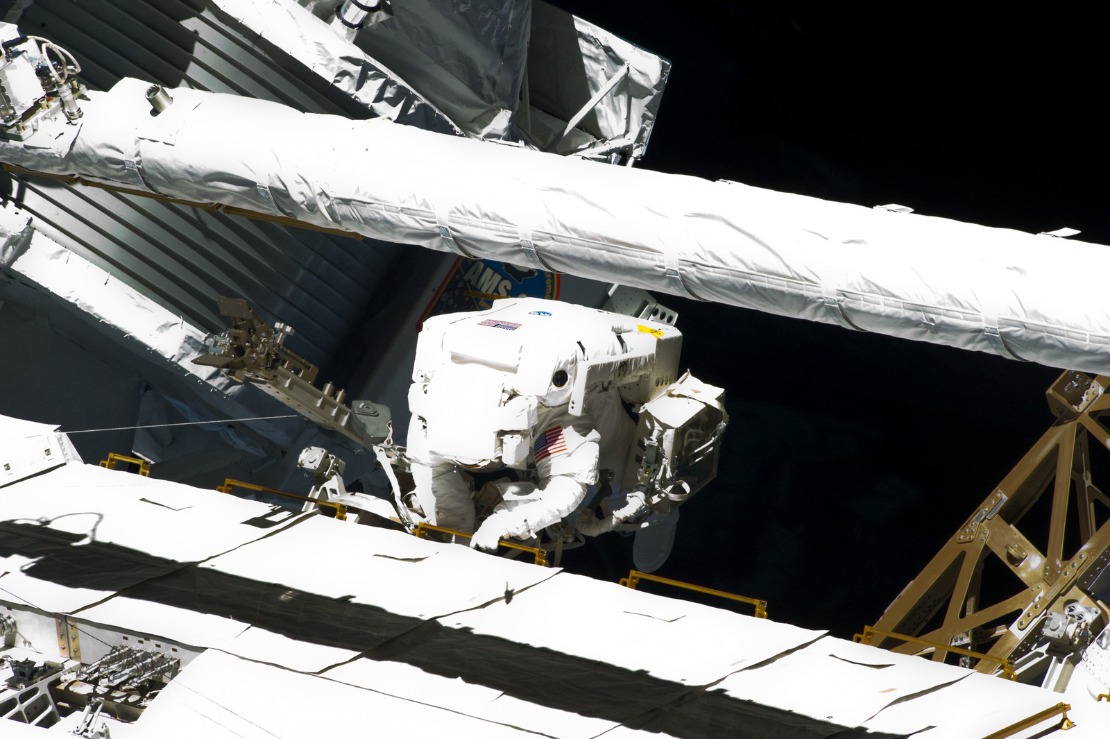 S134E009609 - STS-134 - View of STS-134 MS Fincke during EVA-4