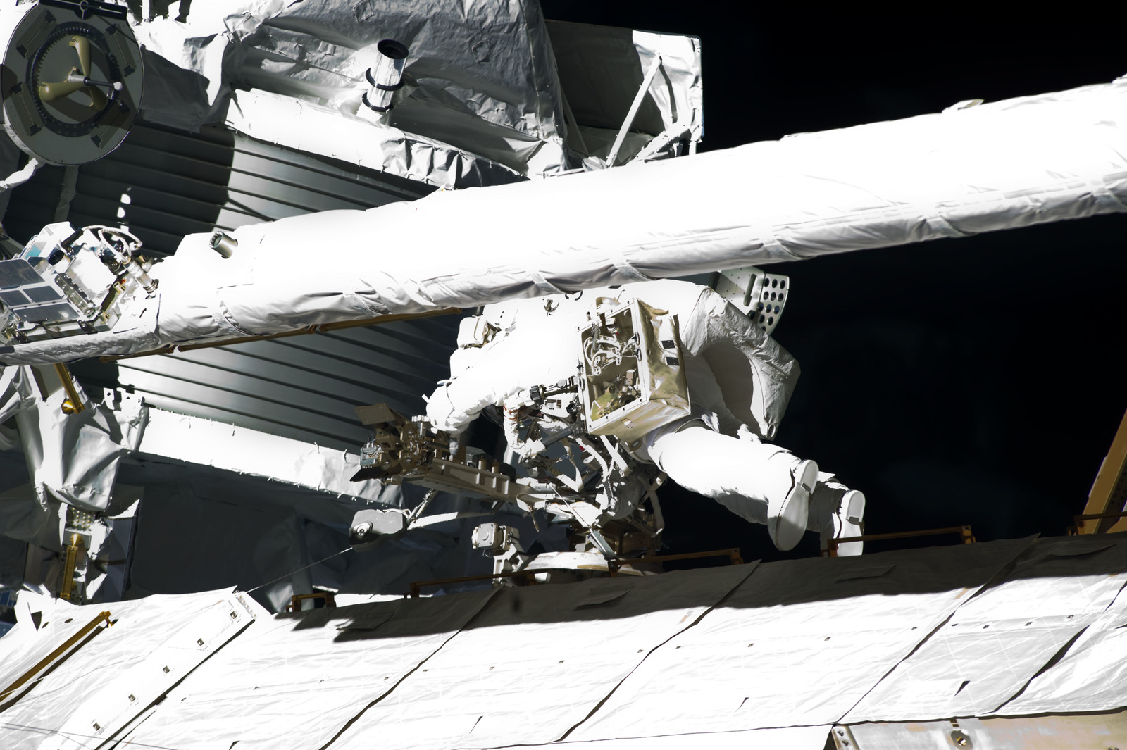 S134E009621 - STS-134 - View of STS-134 MS Fincke during EVA-4