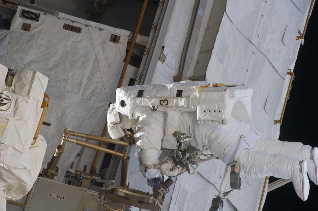 S134E009629 - STS-134 - View of STS-134 MS Fincke during EVA-4