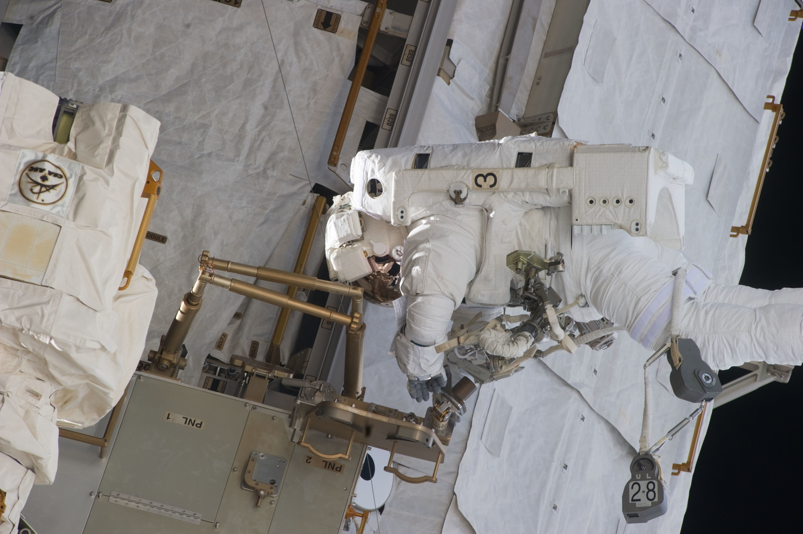 S134E009630 - STS-134 - View of STS-134 MS Fincke during EVA-4