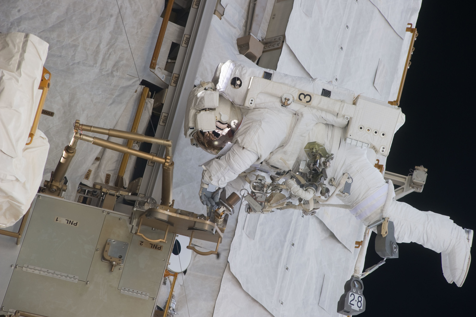 S134E009631 - STS-134 - View of STS-134 MS Fincke during EVA-4