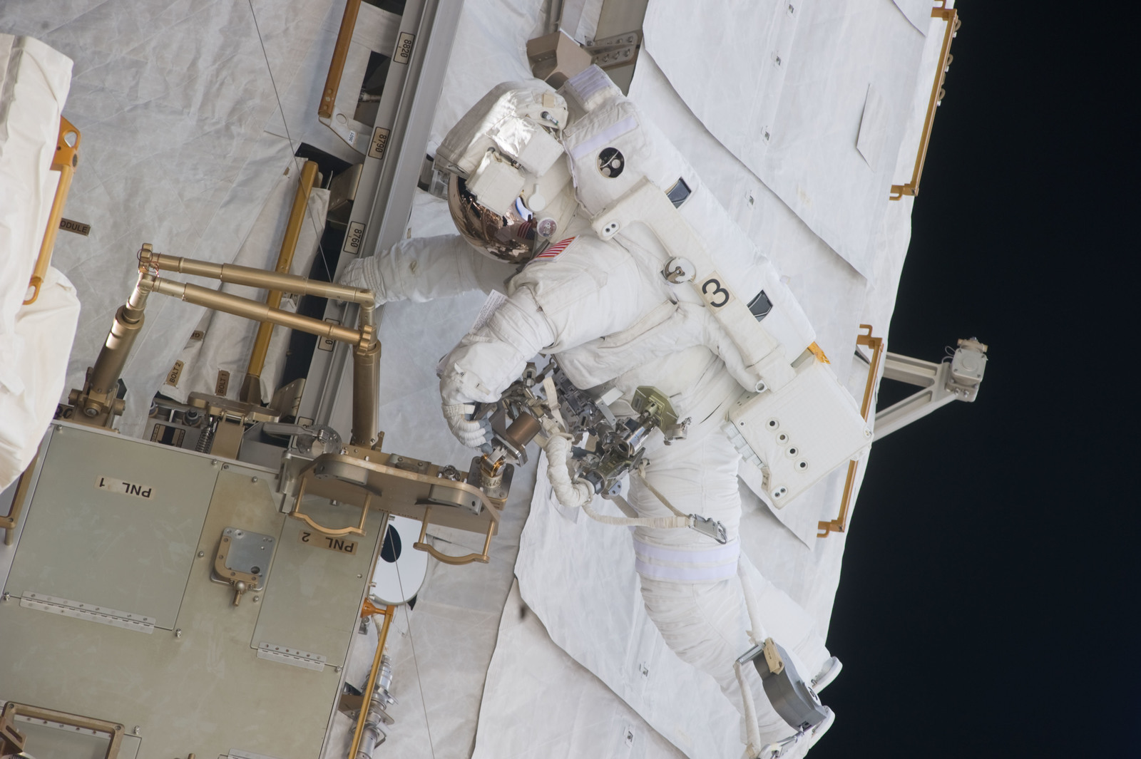 S134E009632 - STS-134 - View of STS-134 MS Fincke during EVA-4