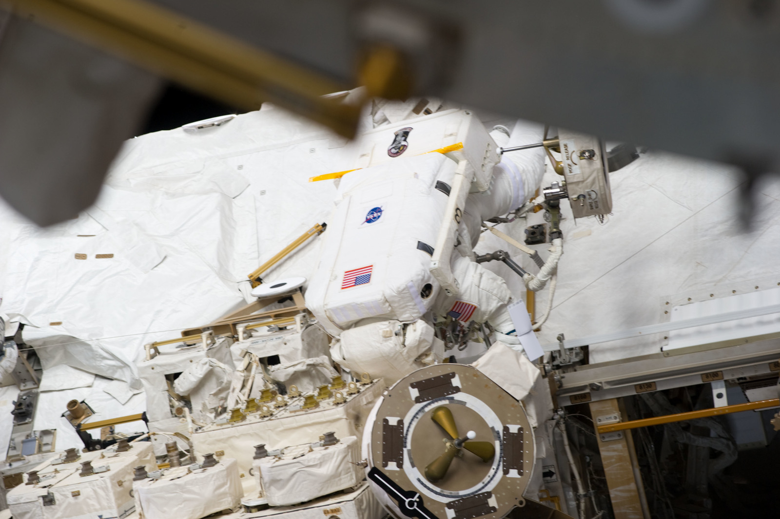 S134E009643 - STS-134 - View of STS-134 MS Fincke during EVA-4