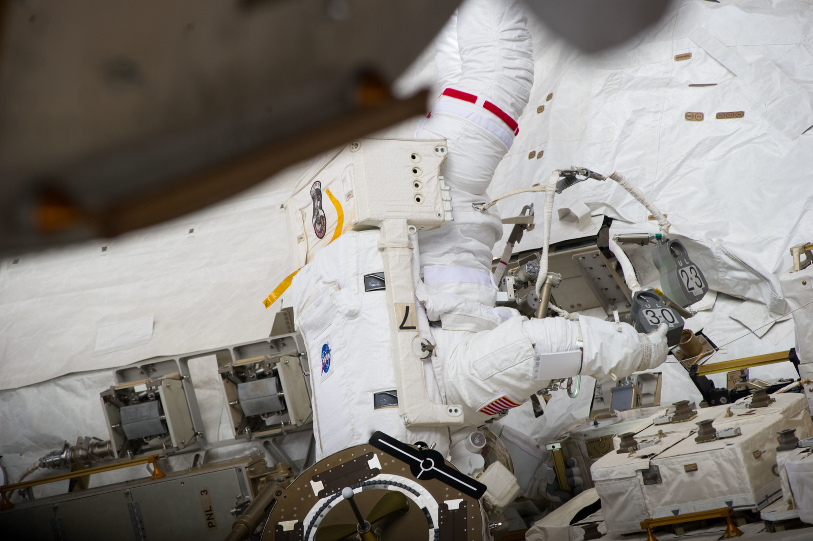 S134E009646 - STS-134 - View of STS-134 MS Chamitoff during EVA-4
