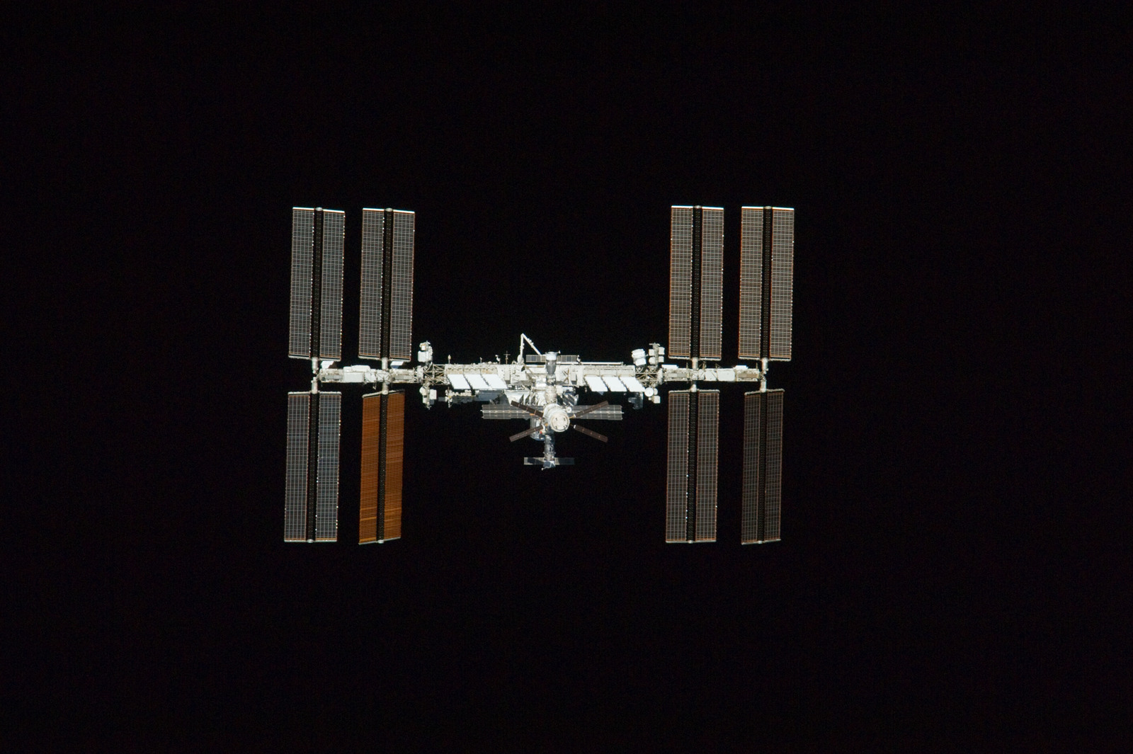 S134E011054 - STS-134 - Overall view of ISS