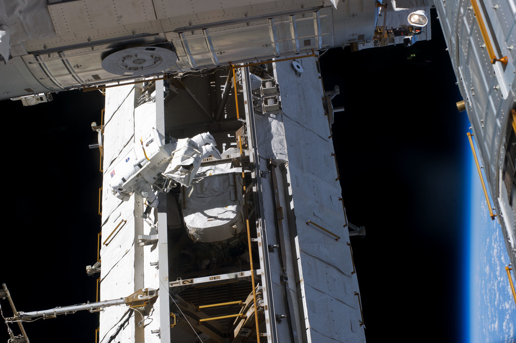 S134E011211 - STS-134 - View of STS-134 MS Fincke during EVA-4