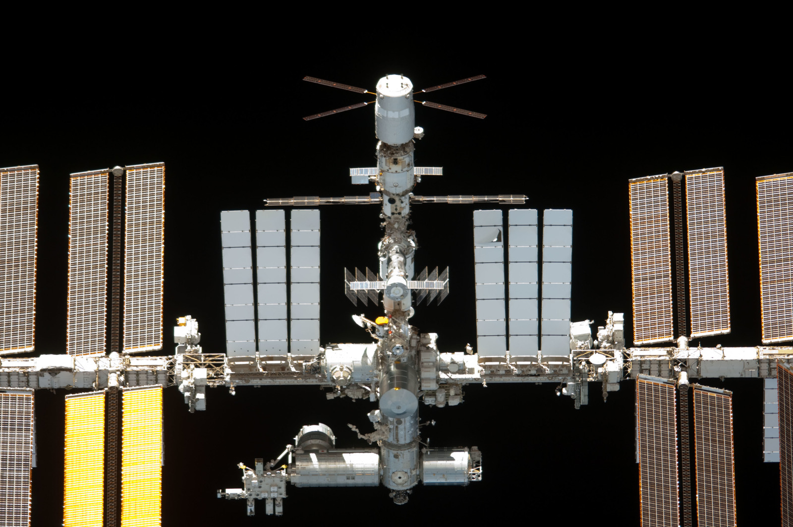 S134E011564 - STS-134 - Overall view of ISS