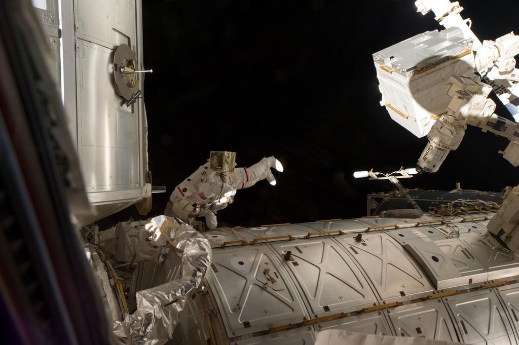 S135E007500 - STS-135 - Fossum during EVA 1