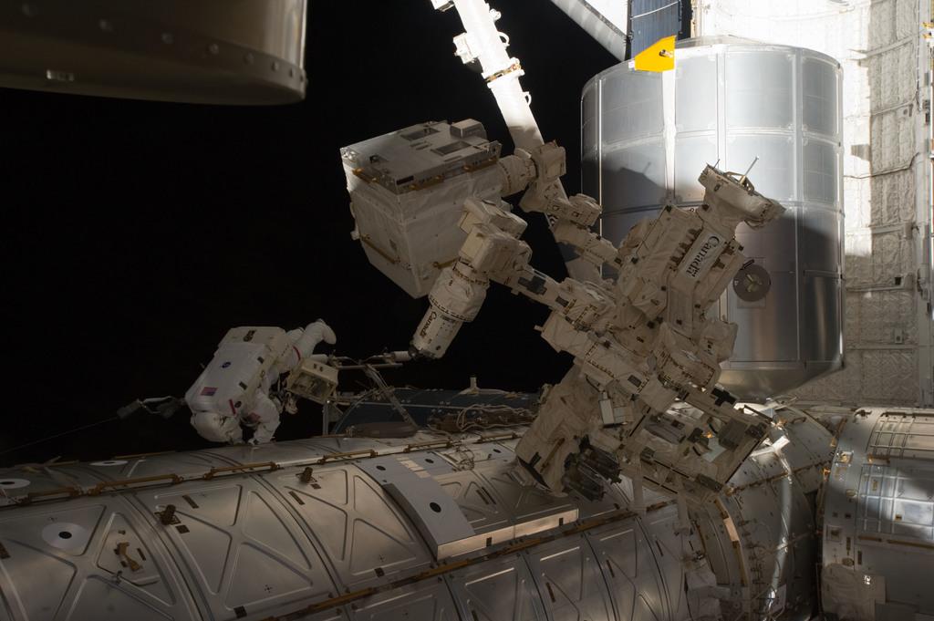 S135E007507 - STS-135 - Fossum during EVA 1