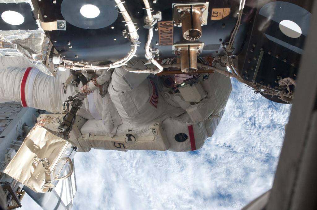 S135E007660 - STS-135 - Fossum during EVA 1