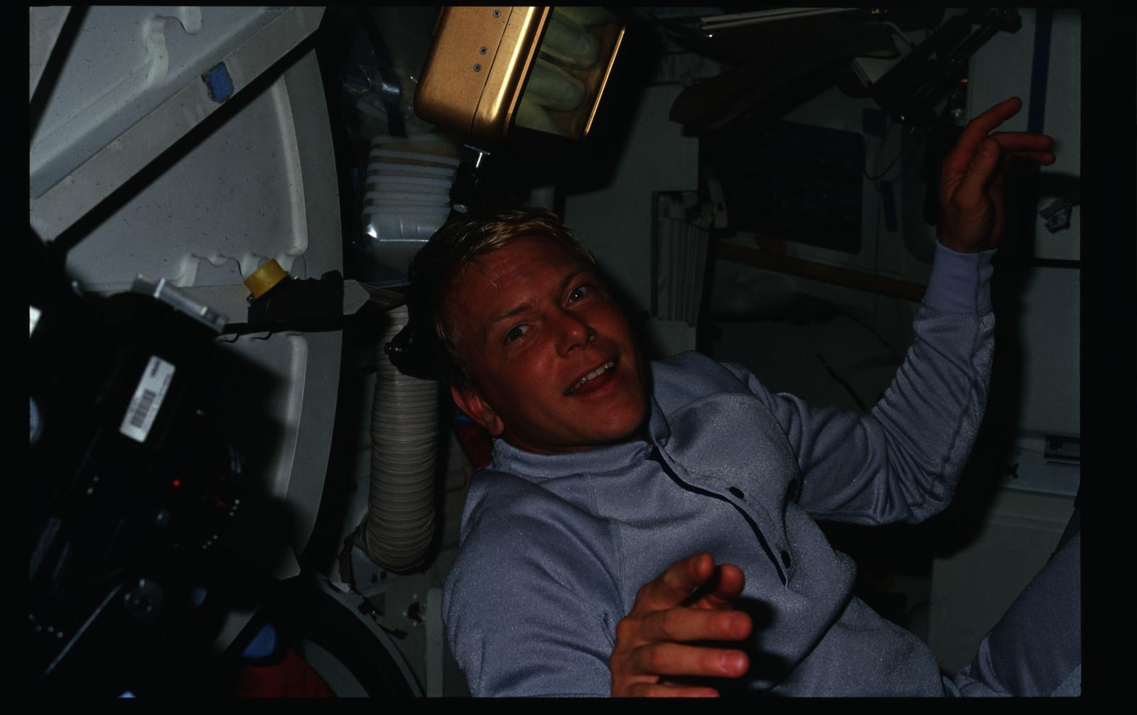S26-05-017 - STS-026 - STS-26 crew activities