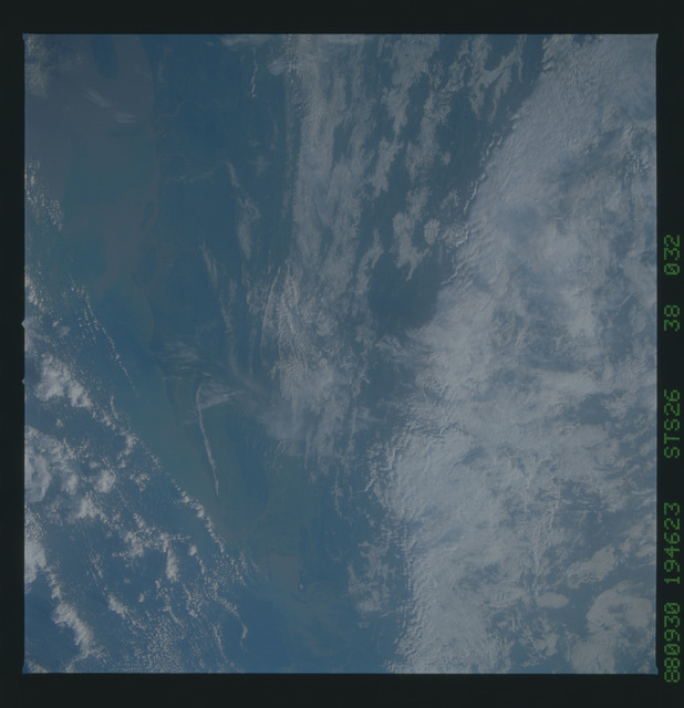 S26-38-032 - STS-026 - STS-26 earth observations