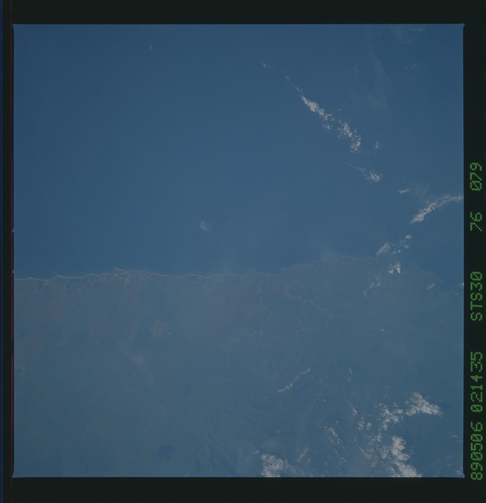 S30-76-079 - STS-030 - STS-30 earth observations
