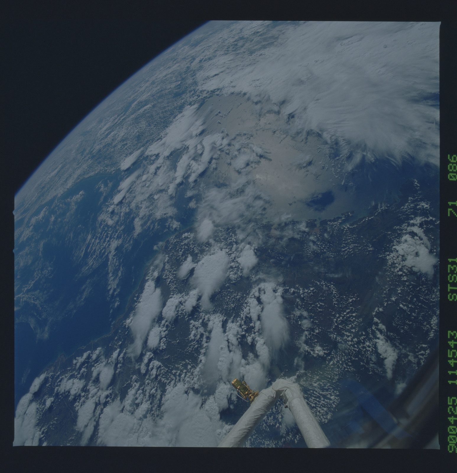 S31-71-086 - STS-031 - STS-31 earth observations