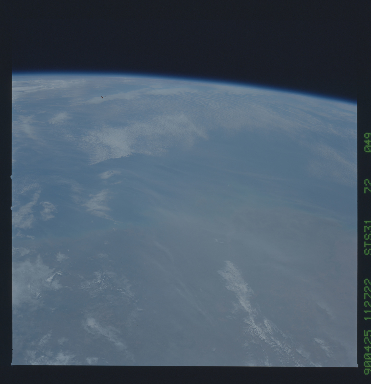 S31-72-049 - STS-031 - STS-31 earth observations