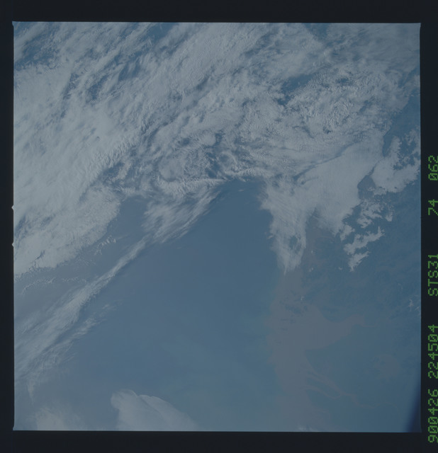 S31-74-062 - STS-031 - STS-31 earth observations