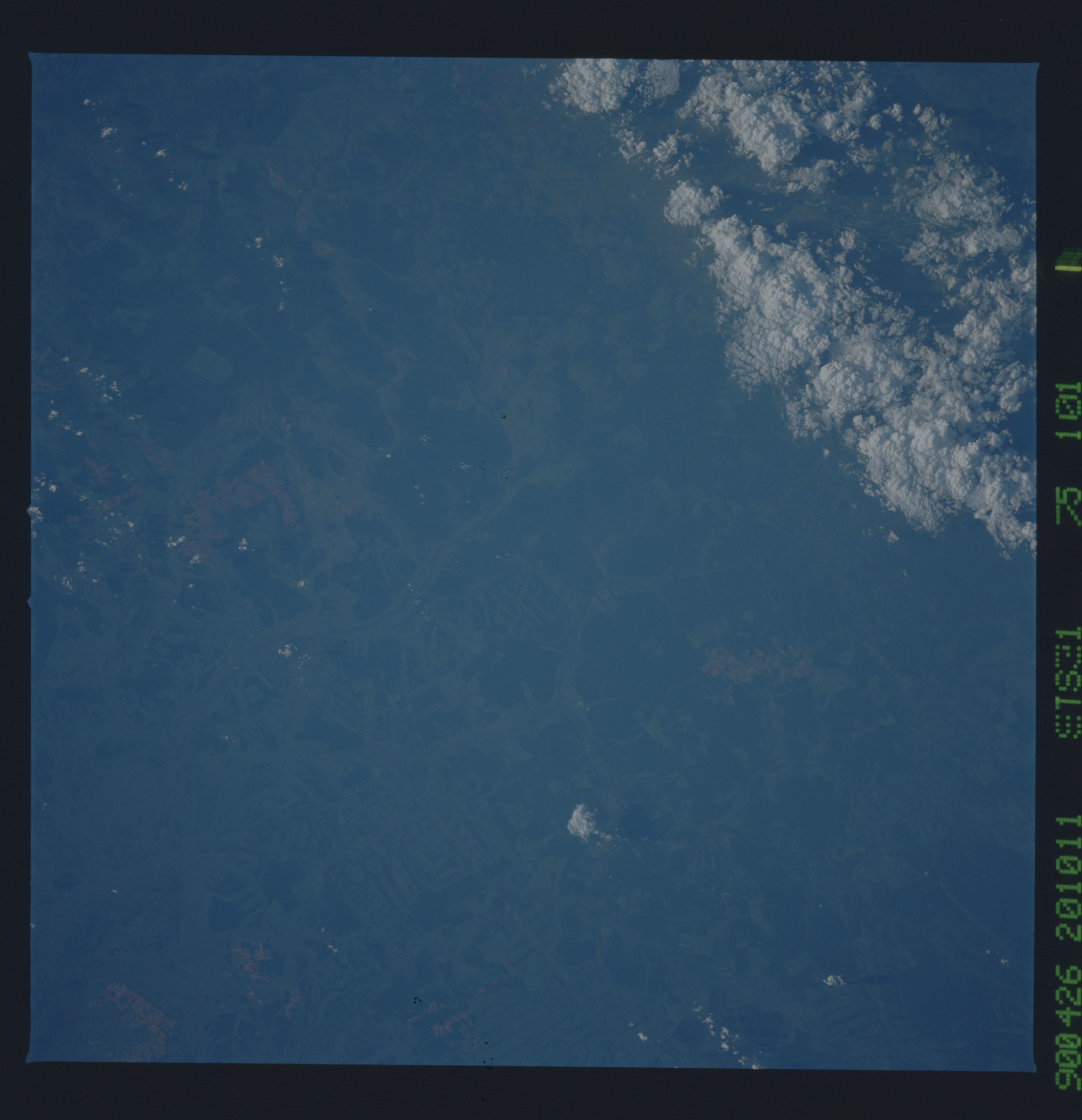 S31-75-101 - STS-031 - STS-31 earth observations