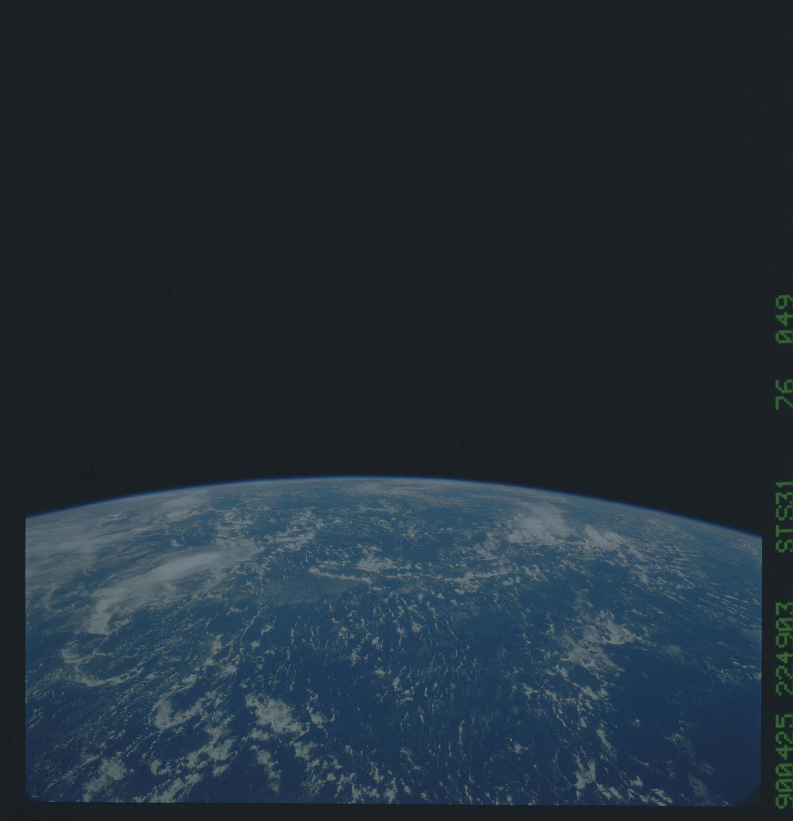 S31-76-049 - STS-031 - STS-31 earth observations