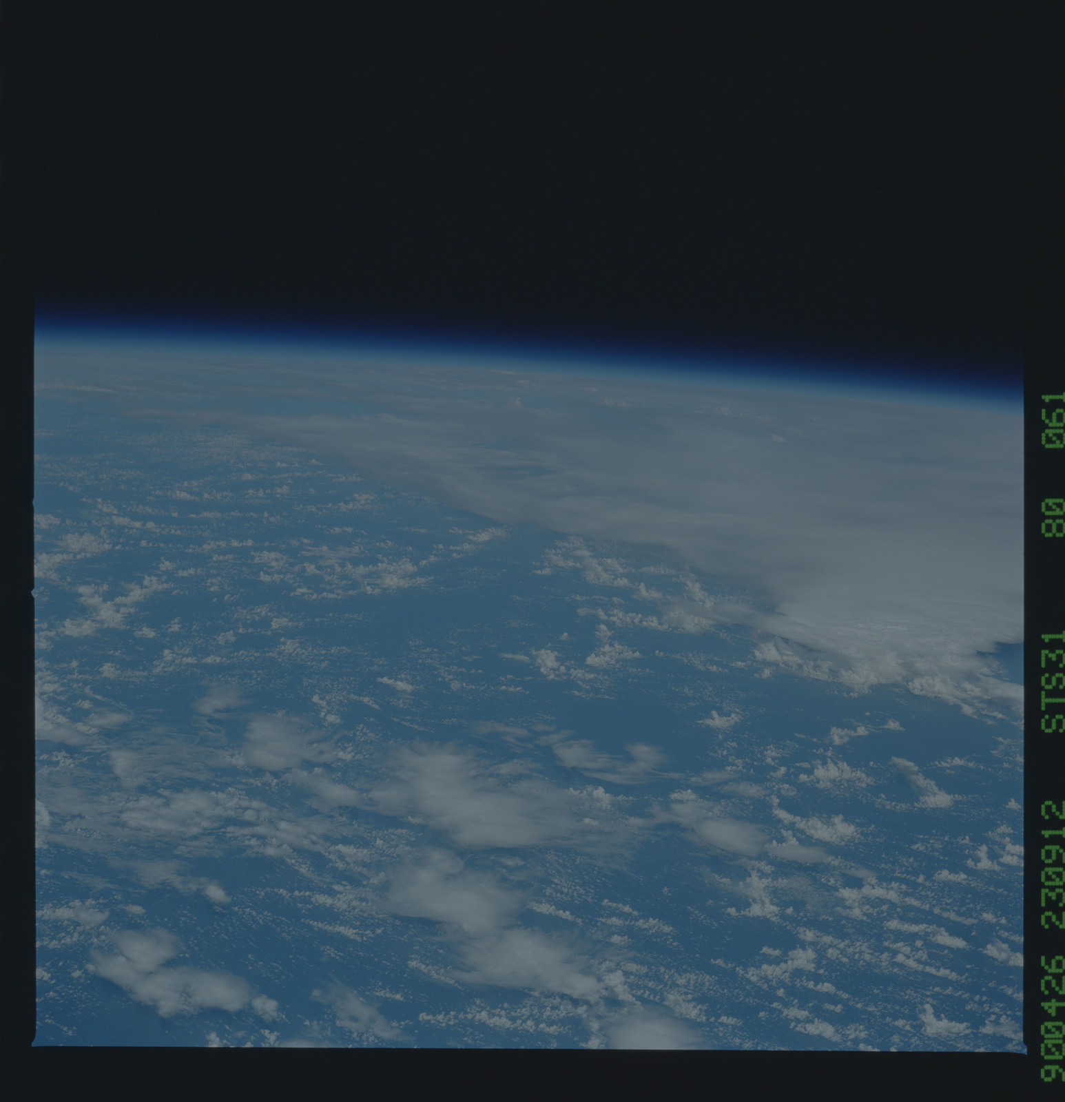 S31-80-061 - STS-031 - STS-31 earth observations
