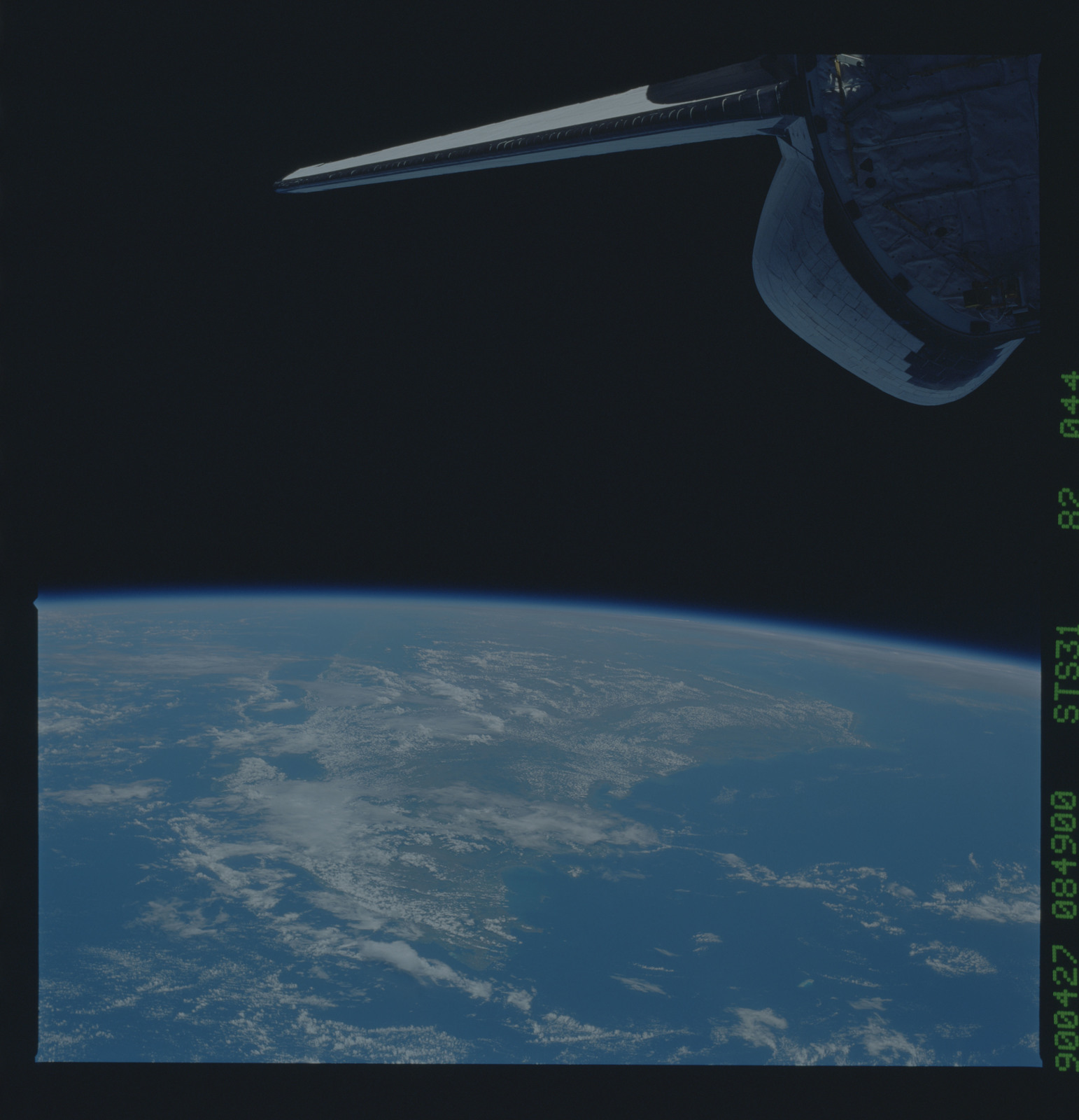 S31-82-044 - STS-031 - STS-31 earth observations