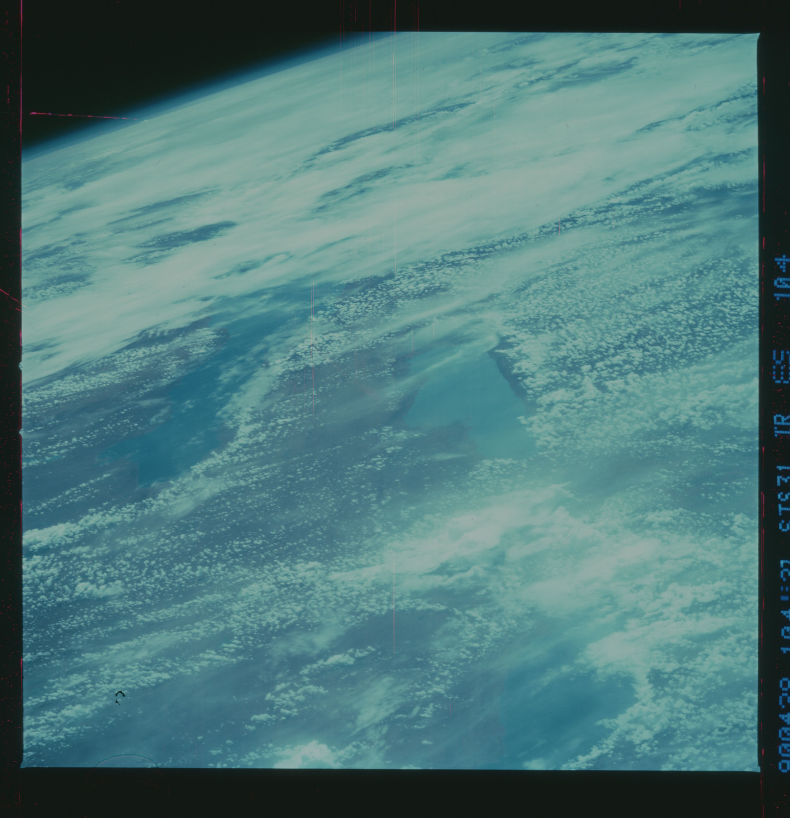 S31-89-104 - STS-031 - STS-31 earth observations