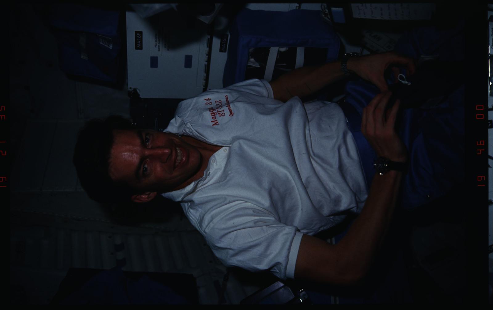S32-16-019 - STS-032 - STS-32 crew activities