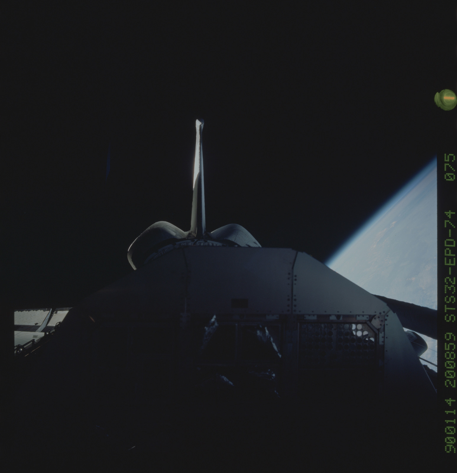 S32-74-0075 - STS-032 - Payload bay in darkness