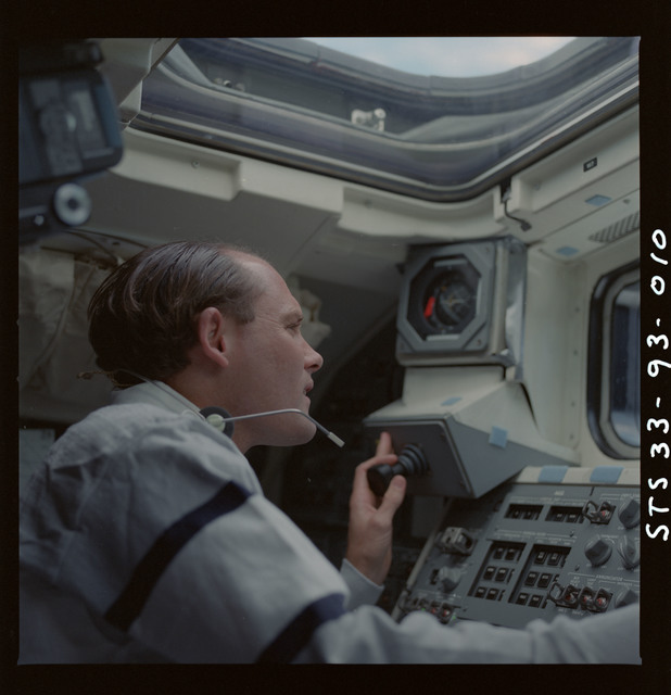 S33-93-010 - STS-033 - Carter at orbiter flight deck window