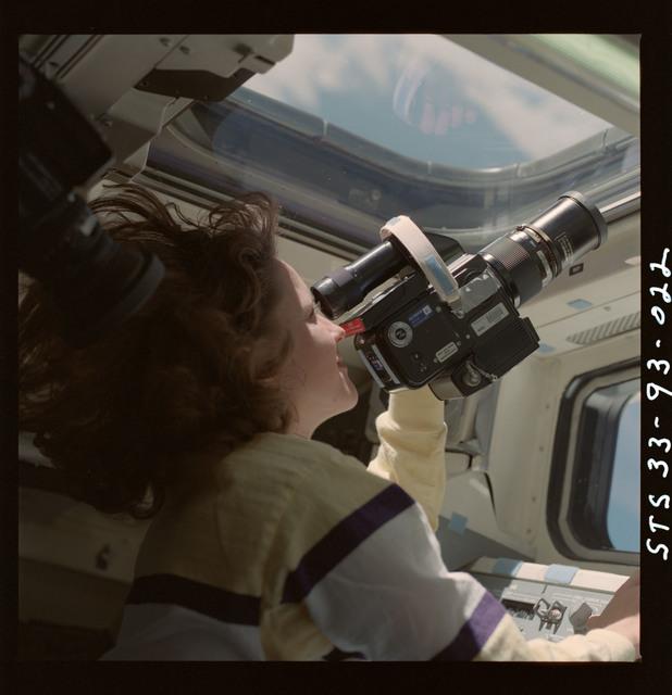 S33-93-022 - STS-033 - Thornton at orbiter flight deck window