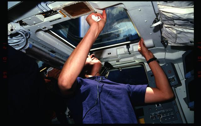 S34-05-024 - STS-034 - STS-34 crew activities