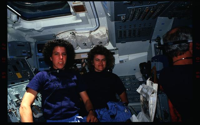 S34-06-022 - STS-034 - STS-34 crew activities